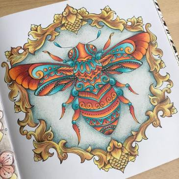 Queen Bee complete 🧡I've used lots of different pencils on this page.....Polychromos for the orange, Pablos for the turquoise, Derwent Artists for the frame and Derwent Drawing for the background! Thank you to @elinwallgren83 for the background suggestion ❤️ #ritaberman @rita.berman #dieweltunterderlupezulande #ritabermancoloringbooks #adultcolouring #adultcolouringbook #fabercastell #polychromos #carandachepablo #derwentartists #derwentdrawing #ilovecolouring 12/52